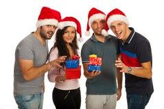 Lyckliga vänner med julgåvor Arkivfoton