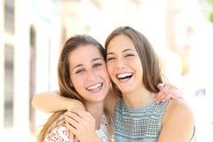 Lyckliga vänner med perfekt leende ser dig arkivbild