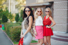 Lyckliga vänner med shoppingpåsar som är klara till att shoppa Royaltyfri Foto