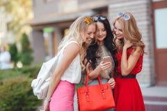 Lyckliga vänner med shoppingpåsar som är klara till att shoppa Arkivbilder