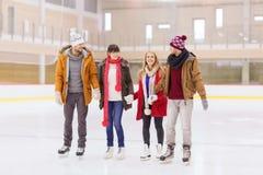 Lyckliga vänner på att åka skridskor isbanan Royaltyfri Fotografi