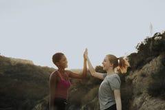 Lyckliga vänner på en vandring i kullarna arkivfoton