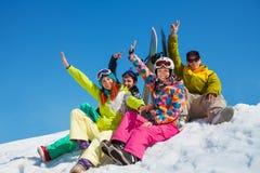 Lyckliga vänner på snowboardsemesterort Arkivbild