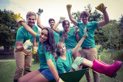 Lyckliga vänner som arbeta i trädgården för gemenskapen royaltyfri bild
