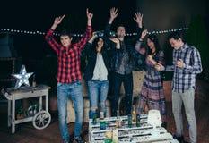 Lyckliga vänner som dansar och har gyckel i ett parti Royaltyfri Fotografi