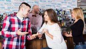 Lyckliga vänner som dricker och pratar Royaltyfri Fotografi