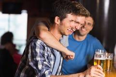 Lyckliga vänner som fångar upp över halva liter Arkivbild