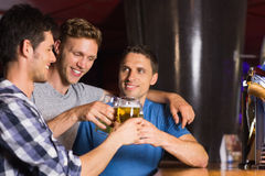 Lyckliga vänner som fångar upp över halva liter Arkivfoto