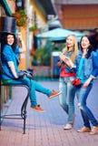 Lyckliga vänner som har gyckel i den gamla stadsgatan Arkivfoto