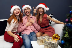 Lyckliga vänner som har gyckel på cristmas Royaltyfria Bilder