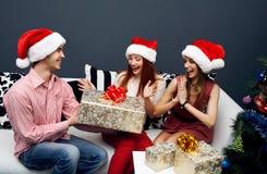 Lyckliga vänner som har gyckel på cristmas Royaltyfri Foto
