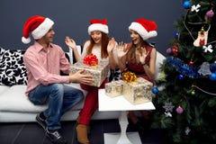 Lyckliga vänner som har gyckel på cristmas Fotografering för Bildbyråer