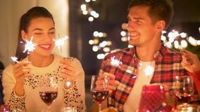 Lyckliga vänner som har julmatställen hemma stock video