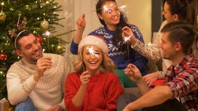 Lyckliga vänner som hemma firar partiet för jul arkivfilmer