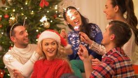 Lyckliga vänner som hemma firar partiet för jul lager videofilmer