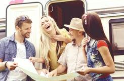 Lyckliga vänner som kontrollerar översikten och planerar deras rutt Tur t arkivbild