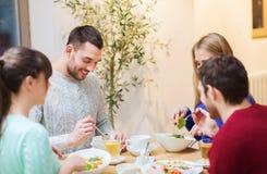 Lyckliga vänner som möter och har matställen på kafét Arkivbilder