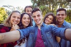 Lyckliga vänner som tar en selfie arkivbild
