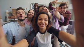Lyckliga v?nner som tar selfie den hemmastadda h?llande kameran som har gyckel som ser kameran lager videofilmer