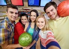 Lyckliga vänner som tar selfie i bowlingklubba Royaltyfri Fotografi