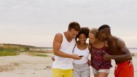 Lyckliga vänner som tar selfie på sommarstranden arkivfilmer