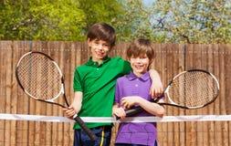 Lyckliga vänner som tillsammans står efter tennismatch Arkivbild
