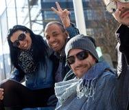 Lyckliga vänner som tycker om solsken Fotografering för Bildbyråer