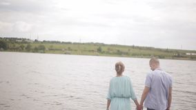 Lyckliga vänner står i floden, tycker om landskapet stock video
