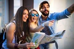 Lyckliga v?nner som tycker om sight, turnerar i staden royaltyfri foto