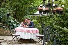 Lyckliga valentin för förhållande för kram för förälskelse för leende för parkvinnaman Arkivbild