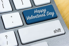 Lyckliga valentin för skriftligt ord dag på den blåa tangentbordknappen Royaltyfria Foton