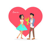 Lyckliga Valentine Day Couple Mannen ger blommakvinnan Royaltyfri Fotografi