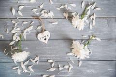 lyckliga valentiner för bakgrundsdag Dekorativ vit trähjärta på grått lantligt Begrepp för valentin` s Fotografering för Bildbyråer