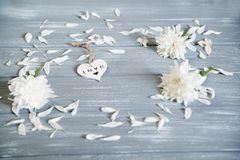 lyckliga valentiner för bakgrundsdag Dekorativ vit trähjärta på grått lantligt Begrepp för valentin` s Royaltyfri Foto