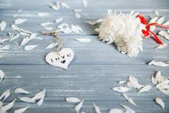 lyckliga valentiner för bakgrundsdag Dekorativ vit trähjärta på grått lantligt Begrepp för valentin` s Arkivfoton