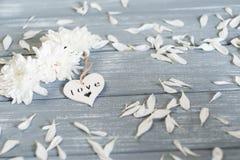 lyckliga valentiner för bakgrundsdag Dekorativ vit trähjärta på grått lantligt Begrepp för valentin` s Royaltyfri Bild