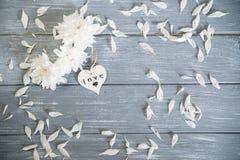 lyckliga valentiner för bakgrundsdag Dekorativ vit trähjärta på grått lantligt Begrepp för valentin` s Royaltyfria Bilder