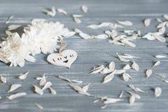lyckliga valentiner för bakgrundsdag Dekorativ vit trähjärta på grått lantligt Begrepp för valentin` s Royaltyfria Foton