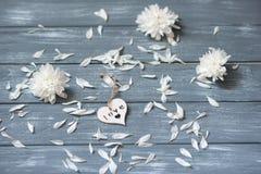 lyckliga valentiner för bakgrundsdag Dekorativ vit trähjärta på grått lantligt Begrepp för valentin` s Arkivbilder