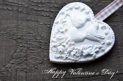 lyckliga valentiner för dag Dekorativ vit hjärta på lantlig träbakgrund Valentine Heart Dag för valentin` s eller förälskelsebegr Arkivfoto