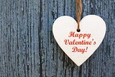 lyckliga valentiner för dag Dekorativ vit trähjärta på en blå träbakgrund Arkivbild