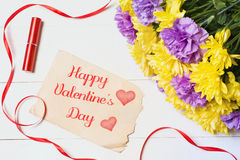 lyckliga valentiner för dag Härliga blommor på den vita trätabellen Arkivfoto