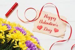 lyckliga valentiner för dag Härliga blommor på det vita träskrivbordet Arkivbilder