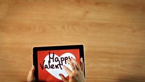 lyckliga valentiner för dag Kvinnlig handstil inom vit hjärta på minnestavlan lager videofilmer