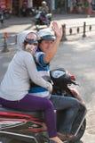 Lyckliga vietnamesiska par på motorcykeln arkivfoton