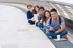 Lyckliga vietnamesiska studenter arkivbild
