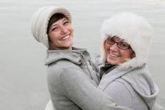 lyckliga vinterkvinnor royaltyfri fotografi