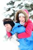 Lyckliga vinterpar Arkivfoton