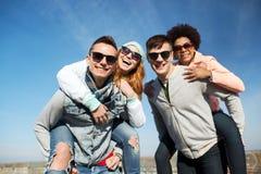 Lyckliga vänner i skuggor som har roligt utomhus Royaltyfria Foton