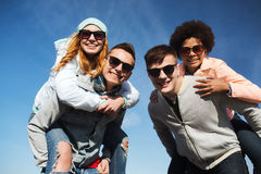 Lyckliga vänner i skuggor som har roligt utomhus Arkivbild